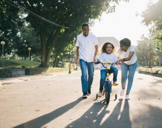 couple with daughter on bicycle_0